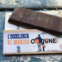ecco la barretta di cioccolato artigianale, prodotta da Quetzal per Comune.info. Il profumatissimo cacao dalla Comunidad de Paz di San Josè de Apartadò, in Colombia e zucchero di canna integrale
