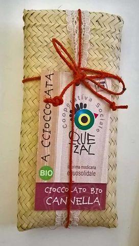 Un astuccio in fibra di palma per essere sostenibili e un cuore di cioccolato di Modica per gustare un prodotto artigianale d'eccellenza: per le occasioni speciali scegli la qualità, l'originalità e la sostenibilità#bombonieresolidali #bomboniereeque, #bombonieresostenibili #cioccolatodimodica #cioccolatodimodicabio