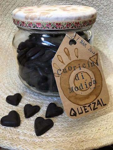 CONFETTATA di Cuoricini di Modica: un delizioso dolcetto a forma di cuore per sorprendere gli ospiti nel giorno di FESTA!#cuoricinidimodica #quoriciniquetzal #cioccolatodimodica #bombonieresolidali #bombonieresolidali #bombonierequetzal
