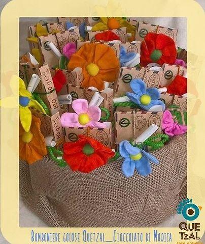 Bomboniere Golose Quetzal, con una deliziona barretta di cioccolato di Modica Bio ed Equosolidale puoi abbinare anceh uno dei coloratissimi fiori in cotone di commercio Equo#cioccolatodimodica #bombonierepersonalizzate #bomboniereeque #bombonieregolose #bombonieresolidali