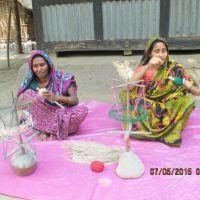 le donne di Prokritee che producono per le nostre confezioni gli spaghi di canapa (Bangladesh)